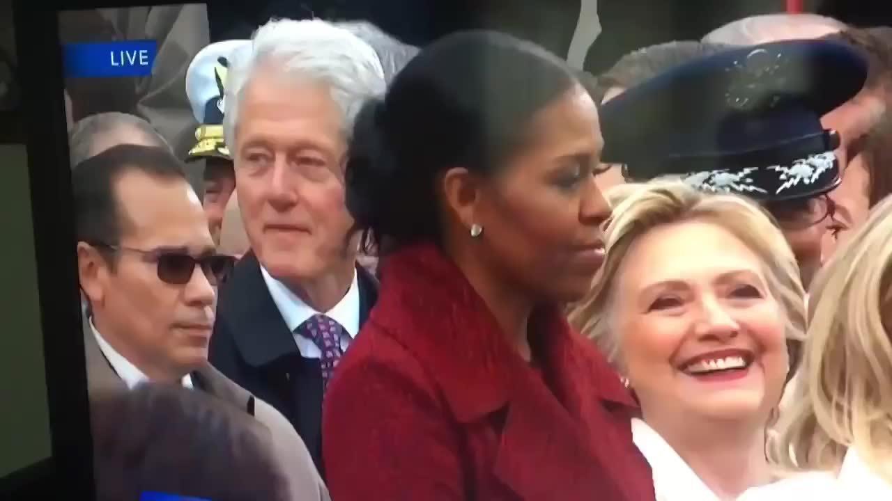 希拉里·克林发现克林顿在凝视(懂的人自然懂)