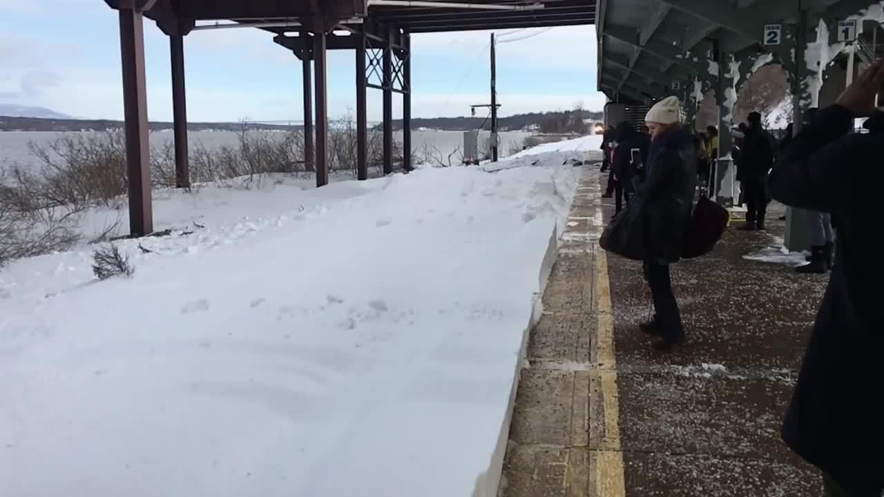 慢速摄影下「大雪崩」袭击火车站,乘客却淡定只顾滑手机