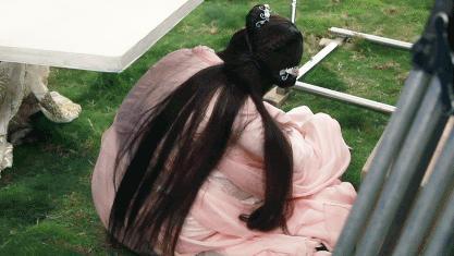 """杨紫坐地不起拒绝加班拍戏并晒出""""撒泼耍赖""""的动态图片"""