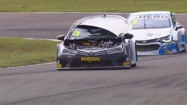 巴西赛车手路易斯·多斯桑托斯参加巴西石油大奖赛,比赛中赛车多次失去控制,甚至连引擎盖都弹开。在视线被挡的情况下,多斯桑托斯依然开完全程,拿到了第八名。