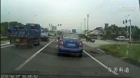 大众凌渡30秒内连续穿插变道, 最终大货车给了他一个教训!
