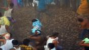 印度式的祝福!印度村庄互抛掷牛粪祈求好运健康-全球资讯-8斗