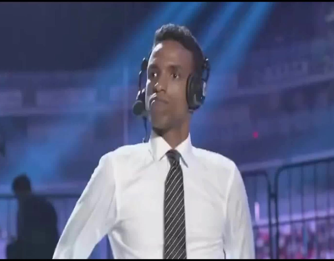 WE比分追平IG时 英文解说黑人小哥飙舞