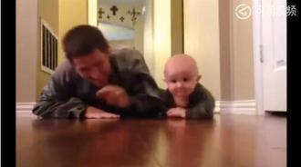 宝宝穿上军装跟爸爸一起练习爬行,太可爱了