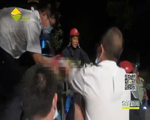 男子手被卡脱水机 金山消防紧急救援