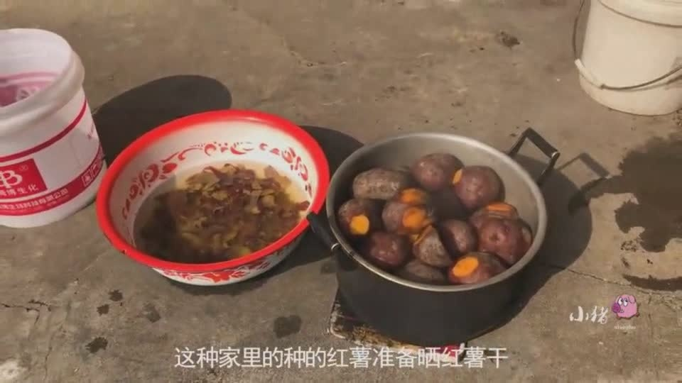 农村老奶奶亲自晒红薯干,盼着孙子能过年回家吃,看完瞬间泪奔!