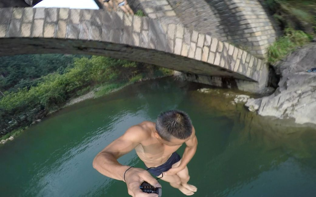 武大毕业生沦为流浪汉,飞檐走壁空手跳10米高桥