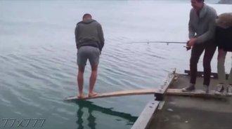 钓鱼搞笑视频:不要对自己的钓鱼装备信心太大了