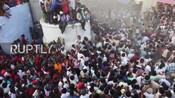 印度一村庄当街上演扔牛粪大战祈求好运健康