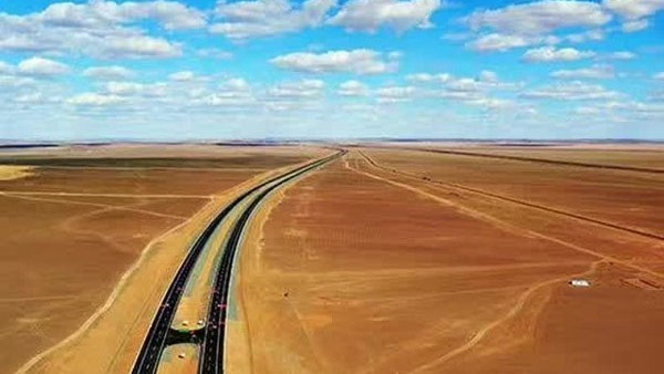 超清航拍:京新高速,穿越无人区,又一个世界第一
