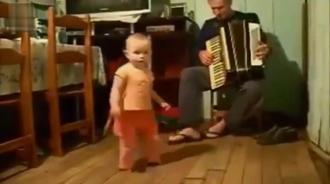 爸爸拉手风琴,小宝宝实力来伴舞,这舞技不一般啊