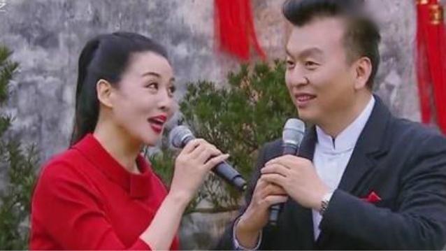 黄梅戏女神韩再芬与央视主持张泽群联袂演唱黄梅戏《打猪草》