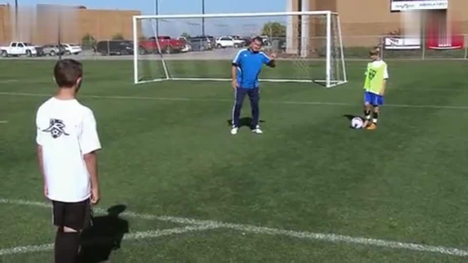 足球防守技术训练之少儿足球VS防守技术