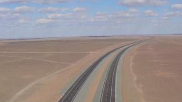 """中国""""沙漠无人区""""现一条930公里高速路"""