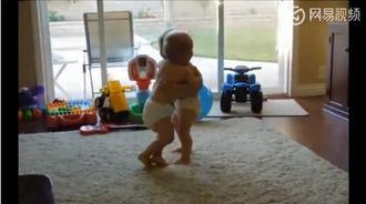 双胞胎宝宝练摔跤,好可爱