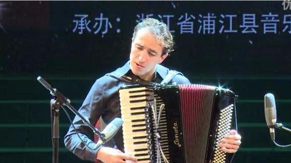 手风琴世界冠军瓦罗让改编中国民歌《送你一支玫瑰花》