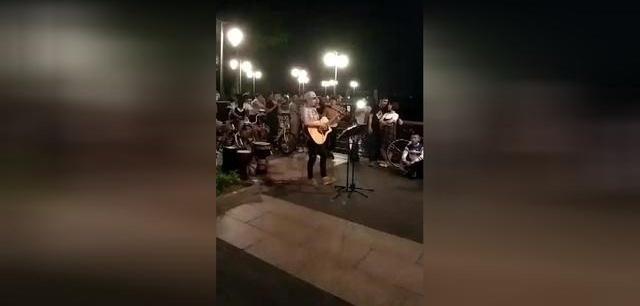 职业歌手在红树林直播现场一度气红火爆