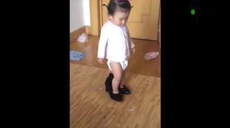 宝宝偷穿妈妈高跟靴子进不去,接下来宝宝举动妈妈都乐了
