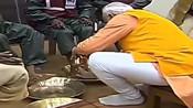 豁出去了!印度大选在即,莫迪亲自给掏粪工洗脚 结果还被批评作秀