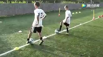 「体育视频」看看欧洲足球强国教练如何提高小球员的球感