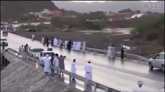 好奇在桥上观看山洪爆发, 下一秒就悲剧了