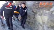 江西庐山:游客突发心脏病  民警抬担架救人[晨光新视界]—在线播放—炎黄互动,视频高清