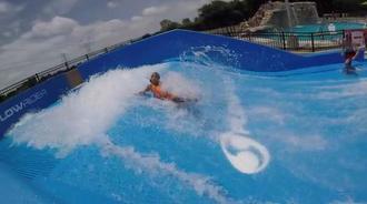 伊丽莎白在杰克·卡特游泳池冲浪