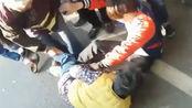 老太碰瓷保时捷讹司机 躺在地上抱着车轮不撒手 最终被路人抬走