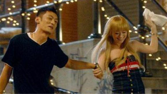 滨崎步《Glitter》高清MV,余文乐友情出演