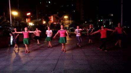 《雪山姑娘 表演 团队版》湖北赤壁房产小区健身队