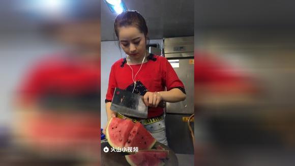师傅不在赶紧偷吃一块瓜
