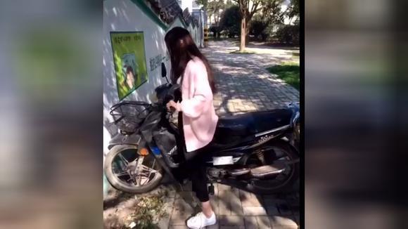 广西仔搞笑:美女不会开摩托车直接撞墙!笑到肚痛