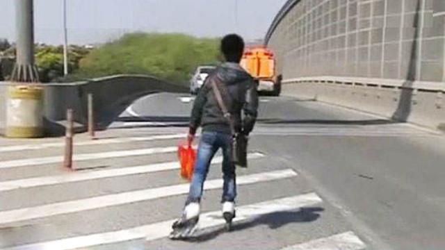 男子高速路上滑旱冰 自称不知道从哪儿来要去哪里