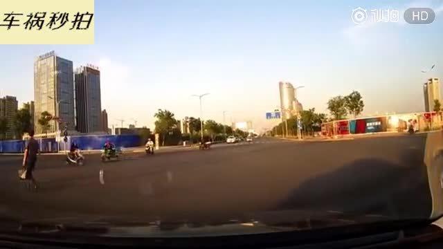 摩托车司机开启飞行模式,瞬间飞向了空中
