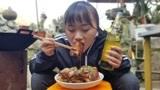 妹子今天做道东坡肉,加上贵州特色的辣酱,妹子连吃两大块,过瘾
