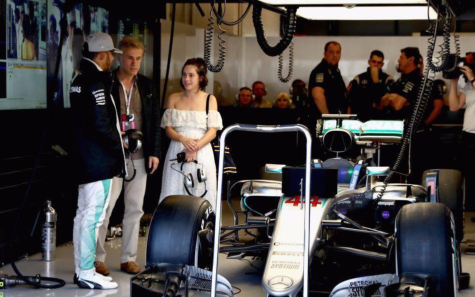 F1美国站FP3集锦:梅奔表现低迷 塞恩斯两连爆胎