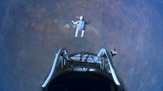 他从3.9万米高空自由落体跳下,最高时速达到每秒373米