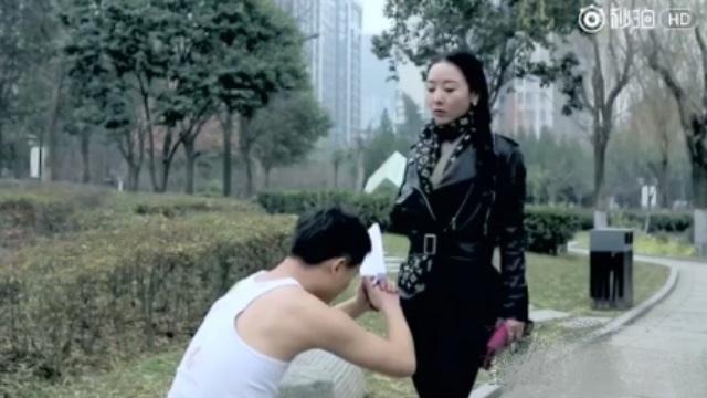乞丐当街跪拜富家女,为求赚黑钱 @长安外传