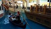 来澳门旅游的朋友肯定会来这里,威尼斯人的贡多拉船夫多才多艺啊