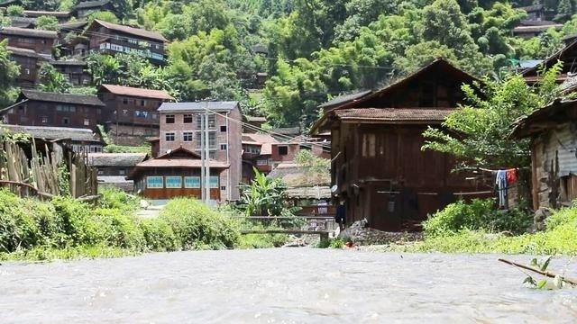 森林茂密的农村,清澈见底的小溪,是你生活向往的方向吗