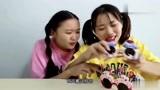 """俩闺蜜戴搞怪""""蛋糕眼镜"""",互涂五彩指甲,玩的太有趣了"""