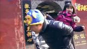 王仁甫背考拉,考拉说自己吃很多玉米会很重,太可爱了!