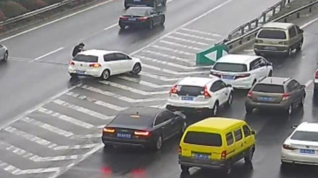 视频 为讨说法 高速路上男子爬上汽车引擎盖 使劲踢车又闹又叫