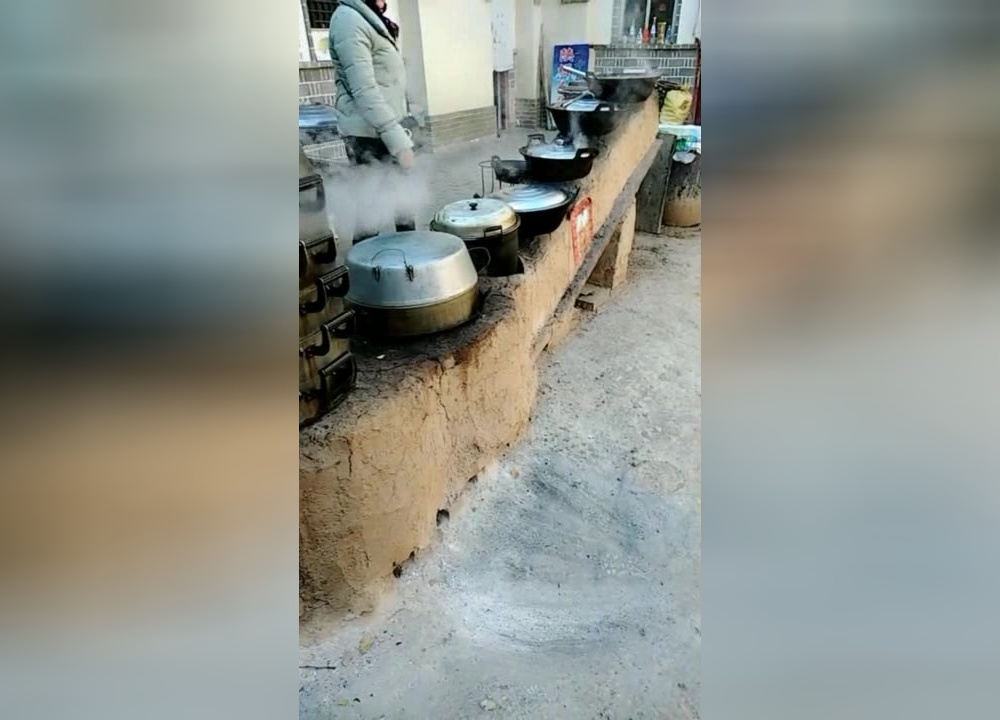 垒起七星灶,铜壶煮三江,农村办酒席煮十大碗用这样的神灶