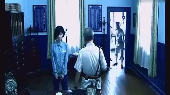 新来的女囚犯不服监狱长 最后被关进了男牢房