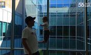 小宝宝练就平衡好身手 在爸爸单手掌上站立