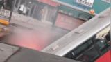 【青海】西宁城中区路面塌陷公交车坠入 伤亡不详