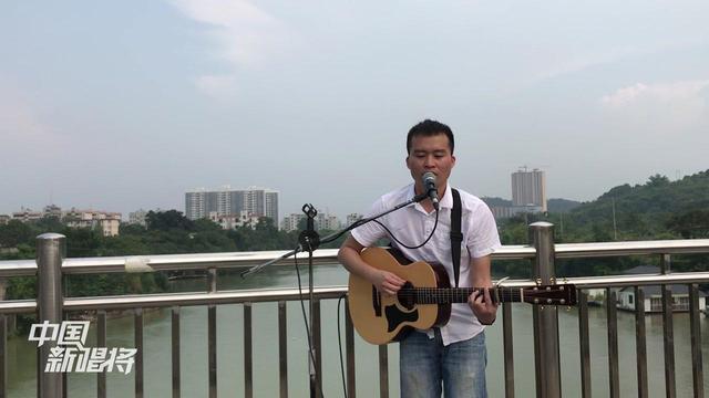 广西农村小哥桥上唱谭咏麟粤语,经典就是好听