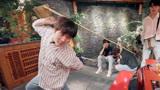 姜京佐学习用四川长嘴壶倒茶,结果弄得满桌子都是水