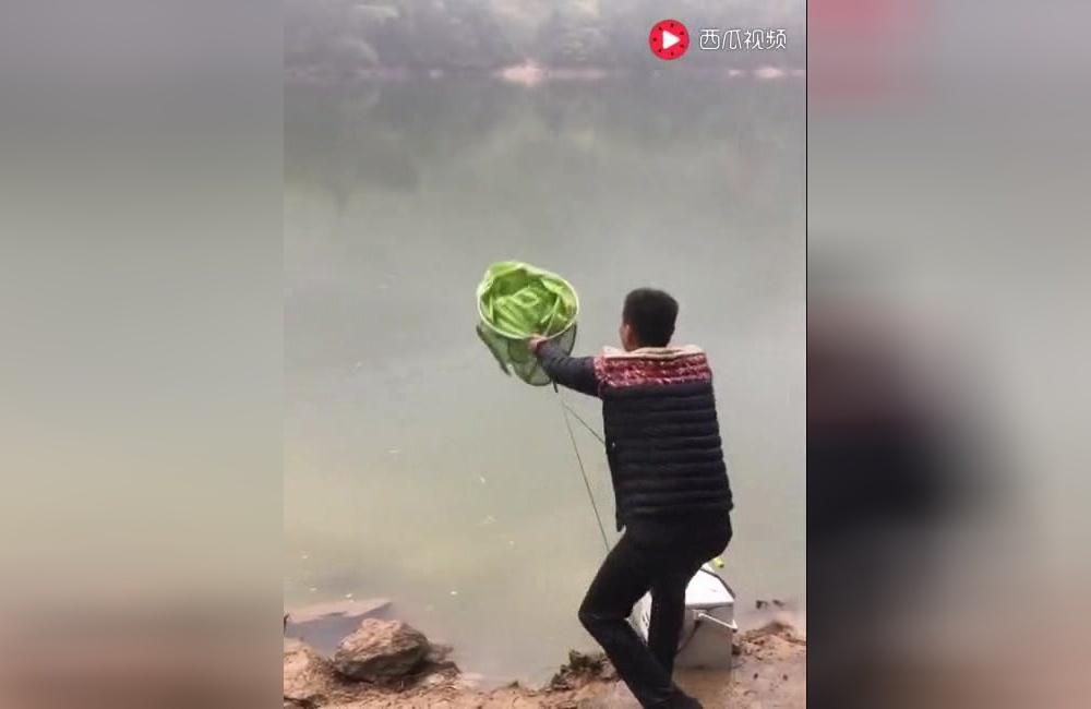 农村小伙钓鱼,遇到这种情况你也不用这么激动吧!0
